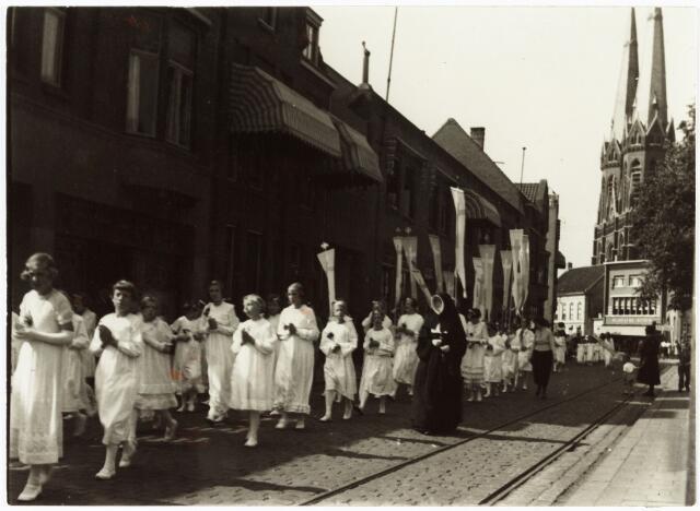 009137 - H. Harthulde. Na afloop liepen de bruidjes door de Koningin Julianastraat. (1954). Thans Heuvelring.