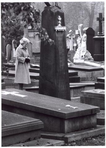 016032 - Biddende vrouw bij een graf op het kerkhof aan de Bredaseweg