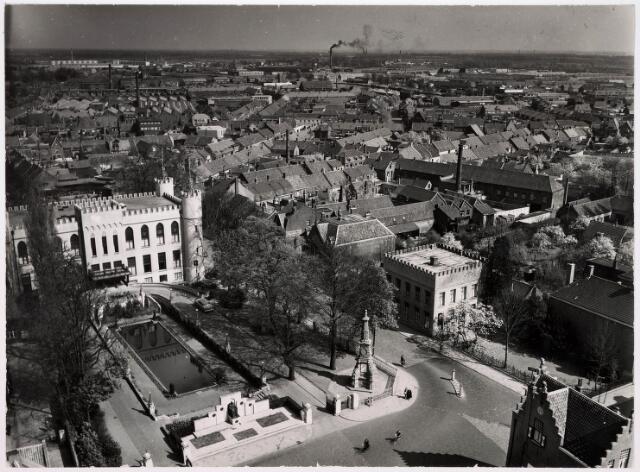 036369 - Panorama van Tilburg vanaf de toren van de Heikense kerk; voorgrond paleis raadhuis