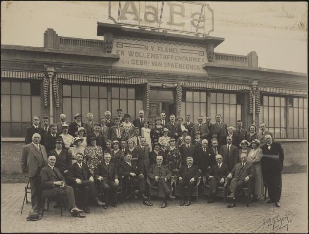 604078 - AaBé, NV Flanel- en Wollenstoffenfabriek, voorheen Gebroeders van Spaendonck. De directie, bezoekers en personeel zijn gefotografeerd voor het entreegebouw van de fabriek aan de Fatimastraat (voorheen Hoevenseweg).De herkomst van de foto´s is verder onbekend, er zijn slechts enkele directieleden te herkennen op de voorste rij. De directie van de fabriek bestond o.a. uit de familie Van den Bergh.