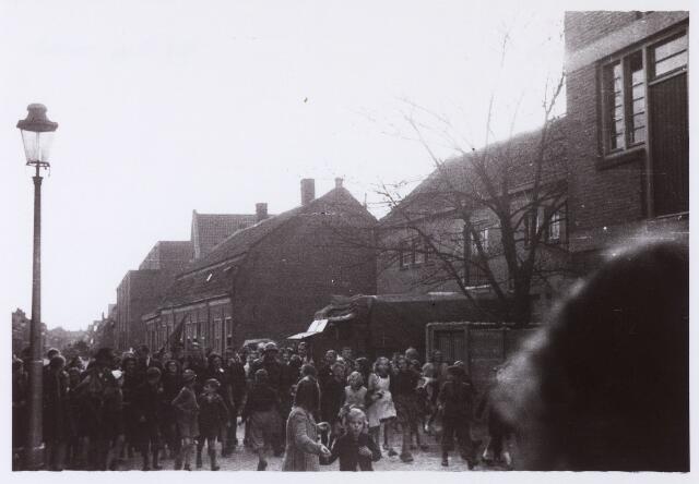 012321 - WO2 ; WOII ; Tweede Wereldoorlog. Onder gehoon van het publiek wordt een groepje ' moffenmeiden'  opgebracht
