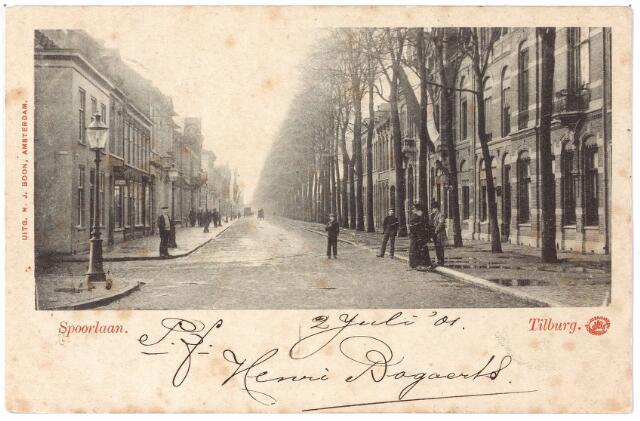 002123 - De Spoorlaan vanaf de Heuvel. Rechts het eerste pand aan de Spoorlaan, N280, vanaf 1910 Spoorlaan nr. 1. Het pand werd rond 1900 bewoond door L.P.P. Meelis, firmant van 'G. Meelis, heeren en damesartikelen, manufacturen enz.'. Links een fraaie straatlantaarn.