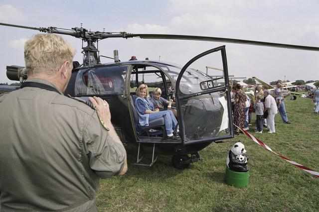 TLB023000730_001 - Kinderen in een Alouette III helikopter van de Koninklijke Luchtmacht; luchtvaartshow.