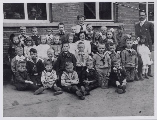 043818 - Leerlingen van de 6e klas van de openbare lagere school nr. 3 aan de Korte Schijfstraat 17 gefotografeerd voor de openbare M.U.L.O. aan de Langestraat. Rechts P.J. Willems, later hoofd van de school aan de Langestraat.