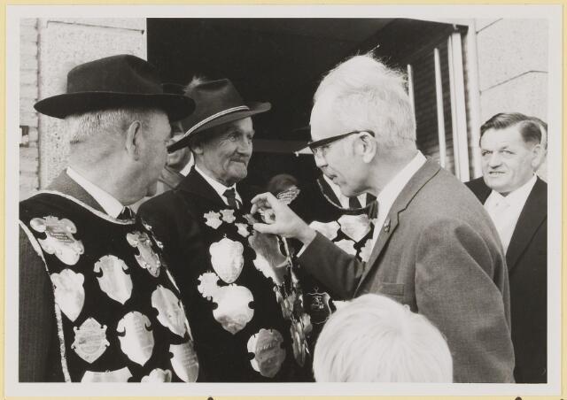 073011 - Opening gemeentehuis door de Commissaris van de Koningin Kortmann.  Aandachtig bekijken van gilde-schilden door de Commissaris. Links: J. van Elderen en rechts: F.v.d. Sande.