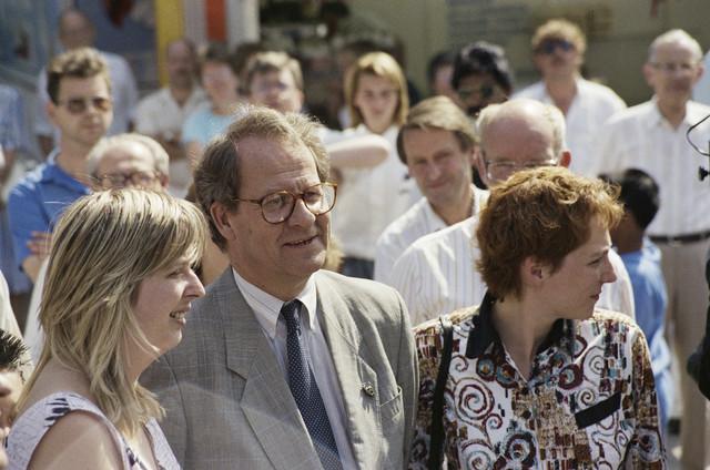 TLB023000065_003 - Burgemeester Brokx brengt een bezoek aan de jaarlijkse kermis. Gerrit Brokx was Burgemeester van Tilburg van 1988 tot 1997. De Tilburgse Kermis is de grootste kermis in de Benelux. Er staan jaarlijks tussen de 230 en 240 attracties uit binnen- en buitenland, in een 4,5 kilometer lang lint door het centrum van de stad. De kermis trekt jaarlijks meer dan een miljoen bezoekers en is daarmee een van de best bezochte evenementen van Nederland.