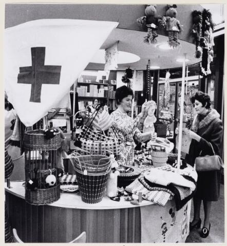 100716 - Rode Kruis. Welfarewerk. Verkoop werkstukken bij V. &  D.