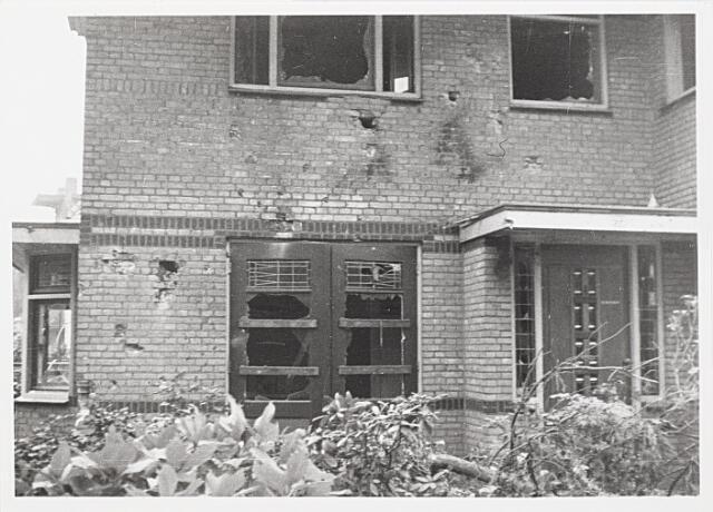 012398 - WO2 ; WOII ; Tweede Wereldoorlog. Vernielingen. Zwaarbeschadigde woning in de Lovensezijstraat (thans Hyacintstraat), na een geallieerde luchtaanval.