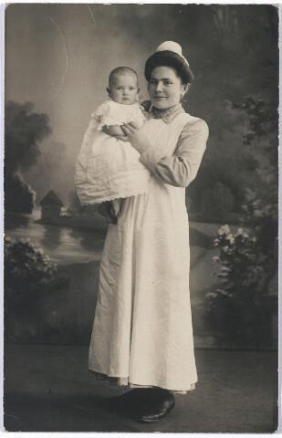 005731 - Anna Smits met haar zuster Jo Smits 16 maanden geboren ± 1915