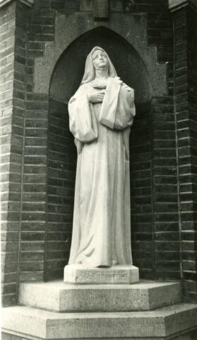 071668 - Beeld van een trappistin in de toegangspoort naar de abdij van de trappistinnen te Berkel-Enschot: O.L.V. van Koningsoord.