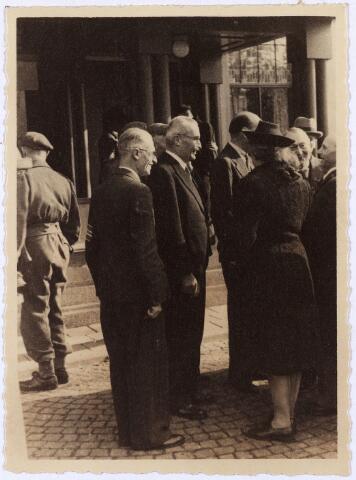 012473 - WO2 ; WOII ; Tweede Wereldoorlog. Bevrijding. Het gemeentebestuur staat op 28 oktober 1944 bij de ingang van het Paleis-Raadhuis te wachten op de komst van generaal Barber, commandant van de 15e Schotse Infanteriedivisie, die samen met de Prinses Irenebrigade Tilburg bevrijdde