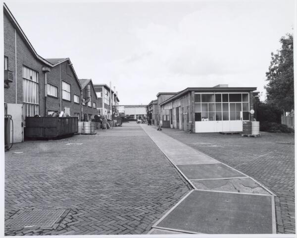 019899 - Gebouwen op het complex van Volt zuid, gelegen parallel aan de Groenstraat, gezien in de richting west/oost.Na de sluiting van Volt werden er diverse kleinschalige bedrijven in gehuisvest
