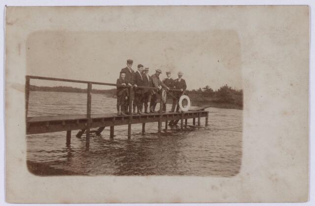 061605 - Zwembad Baksche Ven aan de Baksevenweg opgericht 1909; derde van rechts Jan van der Valk.