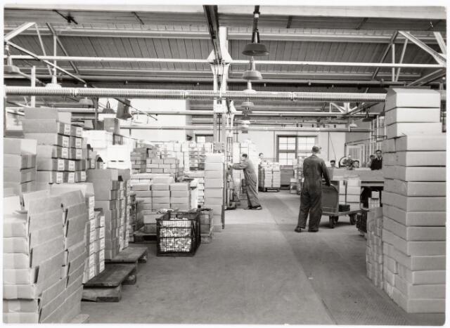 """039263 - Volt, Hulpafdelingen, Pakkerij, Expeditie, Vervoer, Magazijn, Logistiek. Pakkerij Volt gevestigd in de """"shed""""-bouw C op complex Zuid omstreeks 1955.  Bij Volt werden de produkten aanvankelijk niet in de betreffende fabricageafdeling verpakt. Men leverde deze aan in de z.g.n. normaalbakken en of manden aan de centrale pakkerij welke de produkten gereed maakte voor verzending."""