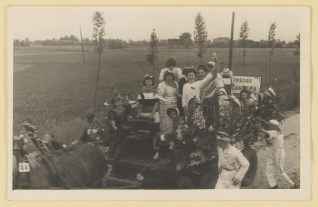 """080824 - WOII; WO2; Bevrijding Udenhout 1945. De optocht. Vredeswagen. """"Vredes......""""."""