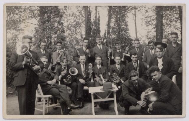 044235 - Leden van koninklijke harmonie Orpheus uit Tilburg tijdens het dauwtrappen in mei 1934 gefotografeerd in Oisterwijk.