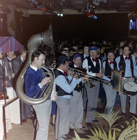 1237_011_821-1_006 - Media. Pers. Feest van de Tilburgse Koerier. Met muziek van Jazzband Lamarotte.