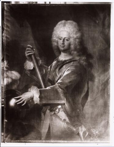 008271 - Schilderij. Prins Wilhelm VIII landgraaf von Hessen-Kassel werd geboren op 10 maart 1682 als zoon van Karl, regerend landgraaf van Hessen-Kassel en Maria Amalia, hertogin van Koerland. Op jeugdige leeftijd ging hij in Nederlandse krijgsdienst en hij werd spoedig kolonel van de garde dragonders. In 1702 nam hij deel aan de belegering van Bonn, in 1704 aan de slagen bij Hochstädt en Blenheim en in 1709 aan die bij Malplaquet. In 1714 trouwde hij met Wilhelmina Charlotta, prinses van Anhalt-Bernburg. Zij kregen drie kinderen. In 1715 werd hij benoemd tot luitenant-generaal van de Cavalerie in dienst van de Republiek. Hij was militair gouverneur van Breda van 1712 tot 1723 en vervolgens van Maastricht van 1723 tot 1747. In 1736 kwam hij in bezit van het graafschap Hanau-Müntzenberg en werd hij stadhouder van Kassel. In 1751  volgde hij zijn broer Frederik, die sinds 1720 koning van Zweden was, op als landgraaf van Hessen. Hun zuster Maria Louisa (Marijke Meu) was getrouwd met de Friese stadhouder Johan Willem Friso. Willem van Hessen-Kassel kocht op 10 april 1710 de heerlijkheid Tilburg en Goirle van Charles Hubert Augustijn, graaf van Grobbendonck (>Van Grobbendonckstraat) voor 51.000 pattacons (= f 127.500,-). In 1712 laat hij het landgoed De Oude Warande aanleggen (> Oude Warande) en omstreeks 1715 wordt in zijn opdracht door de Franse hofarchitect Robert de Cotte (1656-1735)een nieuw kasteel in classicistische trant ontworpen. De Cotte ontwierp ook de tuinen rond het kasteel in een Versaillesáchtige aanleg (in 1710 had De Cotte voor de Franse koning in Versailles juist een opdracht afgerond). Het bleef echter bij plannen, want het oude kasteel aan de Hasselt is blijven staan. De ontwerptekeningen zijn bewaard gebleven in de Bibliothèque Nationale te Parijs. Van Hessen-Kassel liet zijn zakelijke belangen in Tilburg behartigen door zijn secretaris Johan Anthony Nehring en zijn rentmeester Arnold van Loon. In 1754 verkocht hij de heerlijkheid Tilburg en Goirle