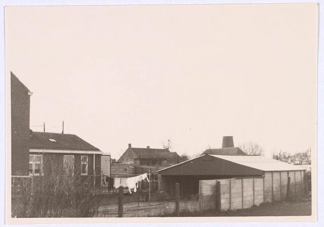 019024 - Achterzijde van woningen aan de Goirkekanaaldijk. Op de achtergrond rechts is nog juist het restant van de Lijnse molen zichtbaar