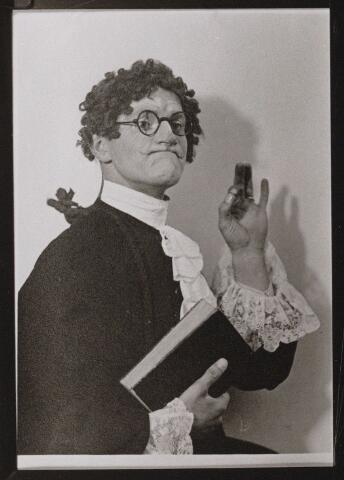 100633 - Verenigingen. Muziek. R.K. gemengd koor Aurora. Theo Biemans als Frimoussé in de opera Le petit Duc, in Oosterhout opgevoerd 8 - 15 april 1934.