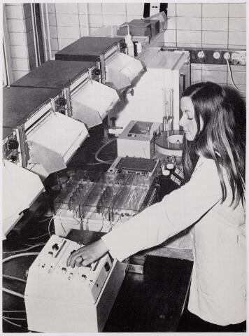 041925 - Gezondheidszorg. Ziekenhuizen. Chemisch laboratorium in het Maria Ziekenhuis, nu Tweestedenziekenhuis