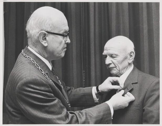 081336 - Dhr Seb. (Sjaantje) Dikmans onderscheiden wegens 50-jarig lidmaatschap Molenschots kerkkoor St Anna.