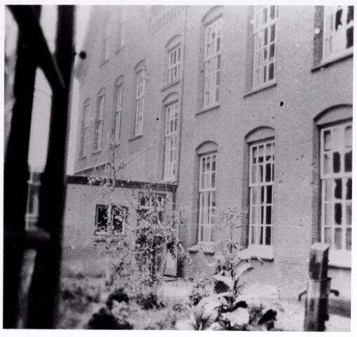045683 - WO2 ; WOII ; Tweede Wereldoorlog. Oorlogsschade aan het klooster van de fraters aan de Kloosterstraat; bijna alle ruiten zijn gesneuveld.