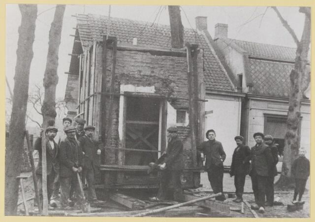 077118 - De verhuizing van een koelcel van de overzijde naar De Lind 11 (slagerij). Dit gebeurde met behulp van gasbuizen.