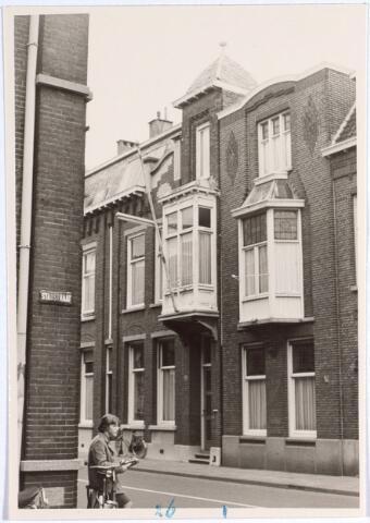 015130 - Pand Bisschop Zwijsenstraat 26, gefotografeerd vanuit de Stadstraat