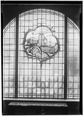 050825 - Glas in loodraam van atelier St. Antoine uit Vlijmen voor de N.V. Oliehandel v.h. Van Vollenhoven en Smulders, Nieuwlandstraat 41.