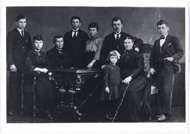 004633 - Huwelijksjubileum van Dionisius (Nies) van den HOUT, 3e van links, en Antonette Maria van PELT (1867-1922), zittend 2e van rechts. Zij trouwden op 23-6-1897. Dionisius was achtereenvolgens landbouwer, boswachter en nachtwaker, en woonde van vanaf 1917 in de Hasseltstraat 91. Hij was geboren in Alphen en Riel 16-5-1863 en overleed in Tilburg op 10-12-1932. Van links naar rechts zijn kinderen: Josephus Adrianus Johannes (geb. 22-1-1904), Elisabeth Helena Maria (geb. 15-9-1902), Petrus Antonius Josephus (geb. 3-3-1901), Adriana Petronella (geb. 2-2-1899), Adrianus Josephus (geb. 26-2-1898) met voor hem staande een Duits vluchtelingetje uit Dusseldorf, en uiterst rechts Johannes Petrus Adrianus (geb. 9-1-1900).