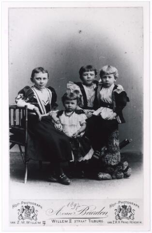 006160 - Kinderen Hubert Verschuuren-van Hoof, vlnr Jeanette, Maria, Anne, Karel. (reproductie; origineel niet in collectie aanwezig)