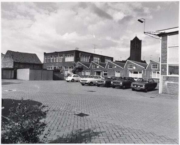 034135 - Volt Zuid. Binnenterrein aan de Voltstraatzijde in sept. 1978 gefotografeerd in N.O. richting, met in het midden gebouw B uit 1919 en rechts daarvan de shedbouw uit 1911 en 1916. uiterst rechts gebouw D uit 1929. Op de achtergrond de toren van de kerk van Broekhoven I