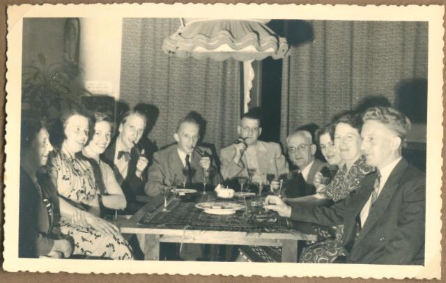 650088 - Verhoeven. Onderwijzers. Broekhoven. Aantal onderwijzers van lagere jongensschool Stuyvesantplein (Broekhoven 1) met echtgenotes. Eerste 3 dames? dhr.Simons, Harry van Berkel, Bert Verhoeven (1913-1986), Sjaak van Dongen, Jo van Berkel, Jet Verhoeven-Lafèbre (1912-2001), dhr. Simons (2 personen zelfde achternaam).