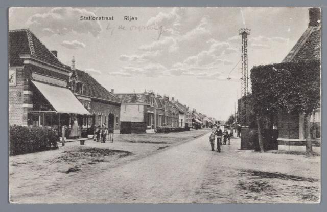 058021 - Rijen, Stationstraat, links het stationskoffiehuis met ernaast de woning van Verheijden, die in 1920 verbouwd werd. vervolgens de in 1911 gebouwde woning van L.J. Machielsen en de dubbele woning van de gebr. Schoenmakers zoals deze eruit zag na de in 1913 gereed gekomen verbouwing.