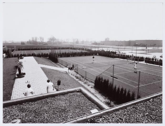062709 - Sport. Aanleg sportcomplex tennisbanen van  de tennisvereniging TVBE aan de Generaal Eisenhowerweg