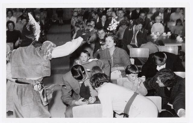 038738 - Volt. Oosterhout. Sint Nicolaasviering voor de kinderen van het personeel in 1959. Niet elk kind was even blij. Fabricage- of productie vond in Oosterhout plaats van april 1951 t/m 1967. Sinterklaas. St. Nicolaas