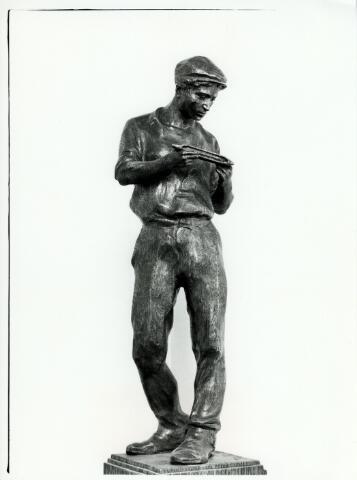 054944 - Beeld van een wever door het personeel van de firma Van Besouw geschonken aan Jan van Besouw en Elisabeth van den Heuvel ter gelegenheid van hun zilveren bruiloft in 1911. Het beeld is vervaardigd door kunstenaar Theo Blickx. Textielindustrie