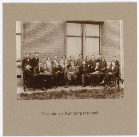 039153 - Volt, Algemeen, Groepsfoto, Directie en kantoorpersoneel bij het afscheid van de heer Kuijlaars als commercieel directeur van Volt in 1925. Kuijlaars was commercieel directeur onder hoofddirecteur Rillas.  V.l.n.r. zittend: Huib Kuijsters, expeditie; Lindhout, Danser, correspondent;  Sietse Anninga,  adjunct directeur; Kuijlaars, commercieel directeur; Hubert, administratie; Dijs,  Jan Brekelmans en Dirk Oldenhof.  Staand v.l.n.r.: Jo Melis, Schuren, Chemisch lab. Jeanette Dieltjes, Jan v.d. Berg, Anneke v. Oosterhout, Wim v.d. Wetering,  Inkoop; Huib v.d. Zilver, Riet Desmares, Koos Desmares, Nol v.d. Ven, Gon Brokken en Toontje Verschuren. Voltstraat heette toen Nieuwe Goirleseweg.