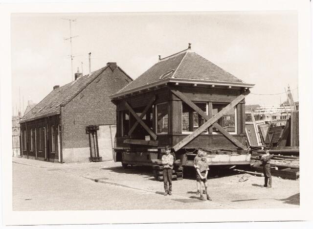 027437 - Oeverstraat 10-16. Het vroegere buswachtershuisje van de Heuvel hier in de Oerlesestraat bij sloopbedrijf Van Aarle, waar het huisje is gesloopt.