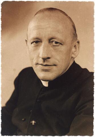 008022 - Kapelaan C. Verbeek, (parochie 't Heike) geestelijk adviseur van de Tilburgse Scouting. In 1952 vierde hij zijn koperen jubileum als districtsaalmoezenier van de Katholieke Jeugd Beweging (K.J.B.) in het district Tilburg.