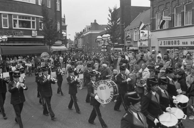 """TLB023000115_005 - Toeschouwers, militaire voertuigen uit de 2e Wereldoorlog en Drumfanfare Volt tijdens een parade ter gelegenheid van de Bevrijdingsfeesten in 1989. Opname gemaakt op het in de volksmond genoemde """"Radiopleintje"""""""