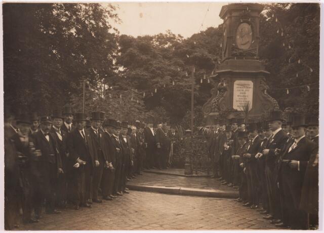036023 - Gedenknaald koning Willem II, thans Stadhuisplein.