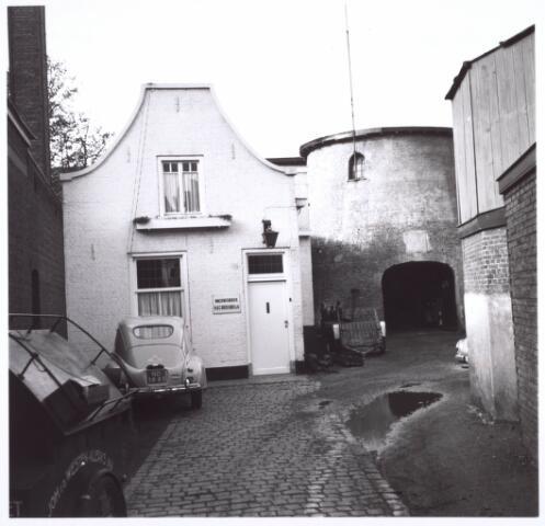 018697 - Binnenplaats van machinefabriek Vorselaars aan de Noordstraat (nu Gasthuisring), met op de achtergrond de molen. Het moest plaatsmaken voor de aanleg van het hoogspoor