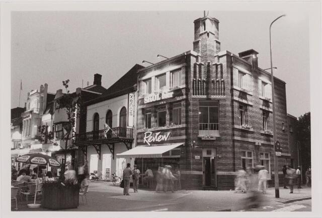 040537 - Horeca. Café Review, Heuvel 18. Gebouwd als politiepost met bovenwoning. Ontwerp D. Heunder van Publieke Werken.