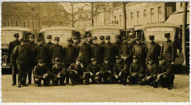 604137 - Het personeel van de Brabantsche Buurtspoorwegen en Autodiensten (BBA) op de Heuvel in Tilburg.