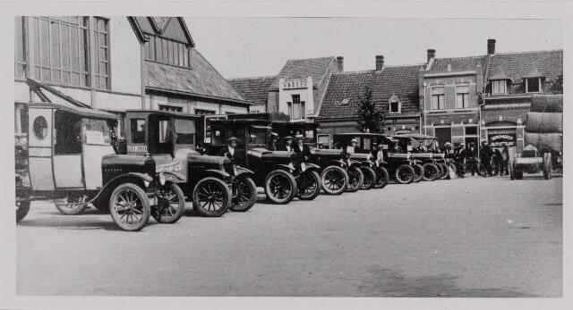 040434 - Wagens van de firma Th.Knegtel opgesteld voor de Koopmansbeurs op het Piusplein. Op deze plaats is nu Mac. Donald gevestigd.