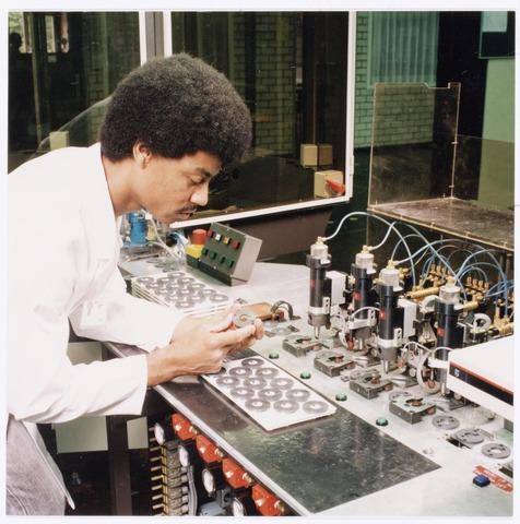 039058 - Volt. Noord.Productie, fabricage van spoelen of correctiemiddelen rond 1988. Locatie hal NL. Hier de montage van de R.S.O.. Dit staat voor Roterende Signaal Overdrager en werd gebruikt in videorecorders