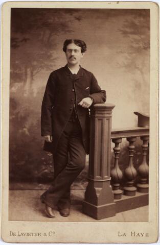 011422 - Augustinus Petrus Paulus (Gust) KERSTENS (Tilburg 1857 - Bergen Blg. 1939) gefotografeerd op 28-jarige leeftijd. Hij was kassier van beroep. Trouwde in 1885 in Tilburg met Gerardina M.A.J. Vrancken (Den Bosch 1865 - overleden in Canada voor 1918). Hij hertrouwde op 6 mei 1919 met Maria G.H.B. Swagemakers (Tilburg 1887 - Rosmalen 1952).