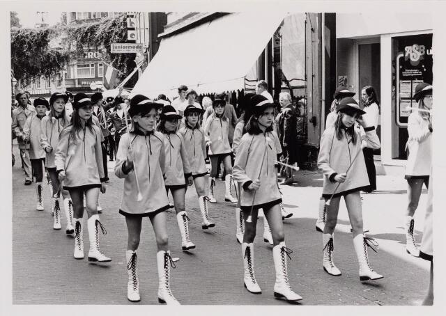 040661 - Majorettes tijdens de Kruikenmarkt op 7 juni 1980